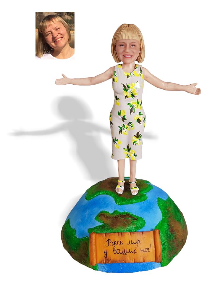"""Портретная статуэтка маме """"Весь мир у ваших ног!"""", 20 см. от 19 900 руб"""
